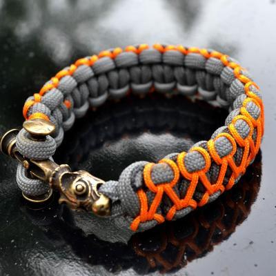 Фото серо-оранжевый браслет из паракорда кобра с застежкой крест волка