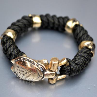 Фото паракордовый браслет с застежкой хищник и бусинами черепами