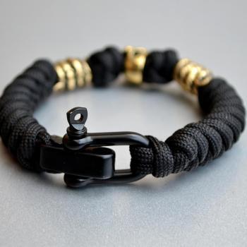 Фото чёрный паракордовый браслет с застежкой и бусинами