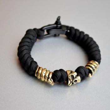 Фото чёрный браслел из паракорда с черепом и змеями