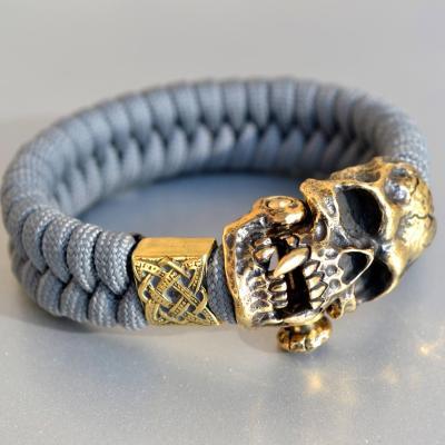Фото браслет из паракорда с застежкой череп вампира и бусиной