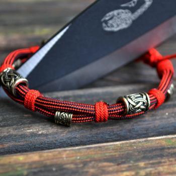 Фото браслет из паракорда бусины с рунами
