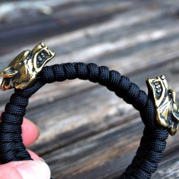 Фото плетеный паракордовый браслет с бусинами волк