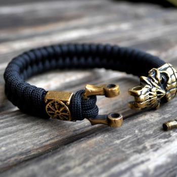 Фото чёрный паракордовый браслет с застежкой шакл и бусиной шлем ужаса