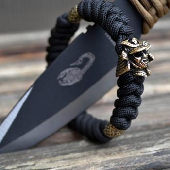 Фото чёрный браслет из паракорда с застежкой шаклом, круглыми бусинами и шлемом самурая
