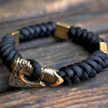 Фото чёрный мужской браслет из паракорда с застежкой топор и бусинами квадрат Сварога