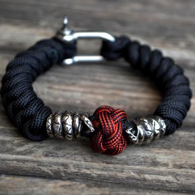Фото браслет из паракорда с застежкой шакл и бусинами змея