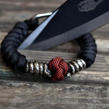 Фото паракордовый браслет с бусинами змея и застежкой шаклом