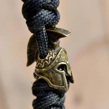 Фото темляк из паракорда для ножа с бусиной шлем спартанца