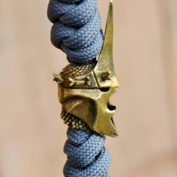 Фото темляк из паракорда на нож с бусиной шлем короля ведьм ангмара