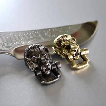 Фото застёжки ручного литья в виде головы льва