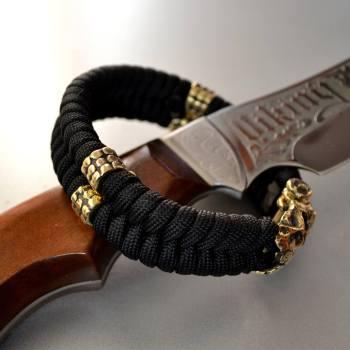 Фото плетеный паракордовый браслет с круглыми бусинами из латуни