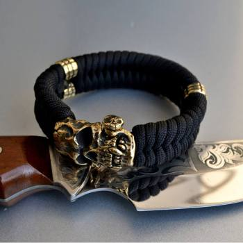 Фото плетеный браслет из паракорда с бусинами и застежкой череп вампира