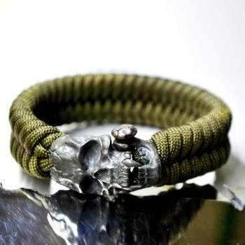 Фото браслет из паракорда с застежкой череп вампира