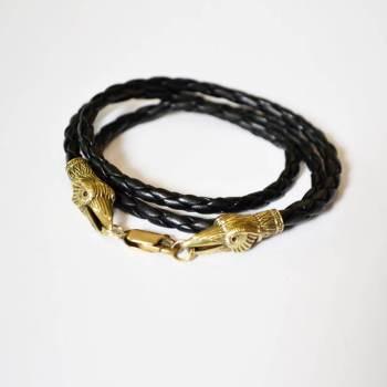 Фото плетеный кожаный браслет украшенный латунными головами воронов