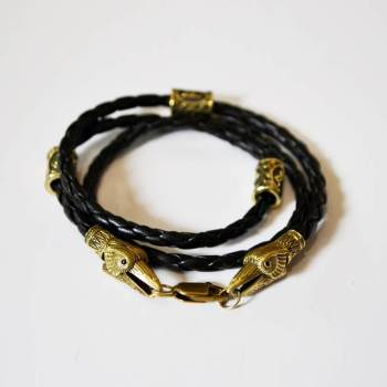 Фото кожаный браслет с рунами