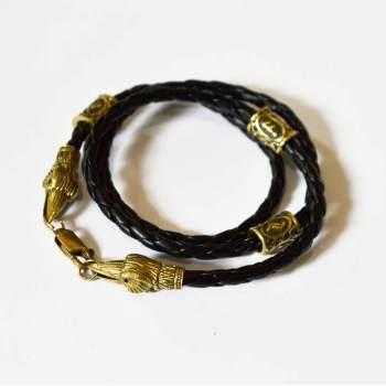 Фото плетеный кожаный браслет с бусинами рунами