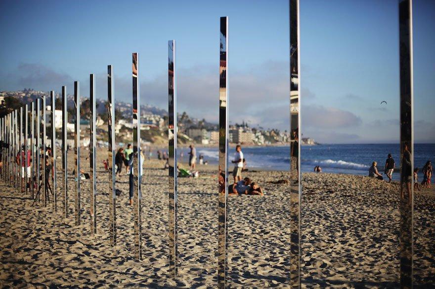 A művész 440 méternyi tükrözött oszlopot tett ki a homokos partra. Először őrültnek nézték, de napnyugtakor mindenki döbbenten nézte az eredményt!