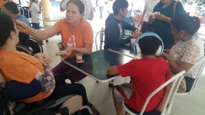 Pausa para ajudar na alimentação dos jovens atendidos pelo Cajec.