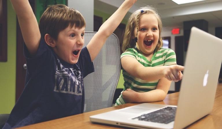 sezení dětí u počítače