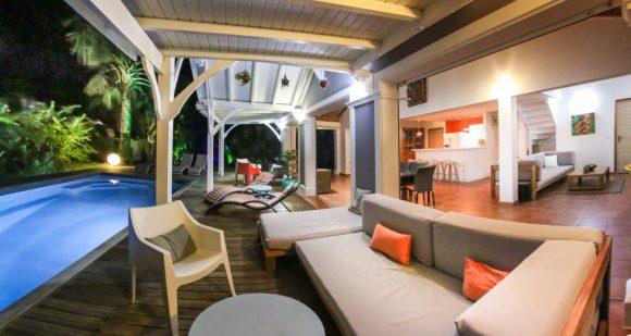 Terrasse et séjour ouvert de la Villa Blue Lagoon Saint-François
