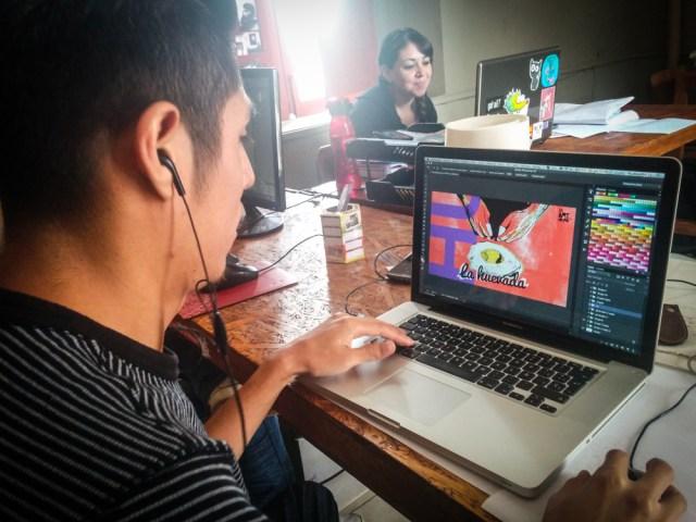 Pablo Sánchez, comunicador social del mARTadero, en pleno trabajo de creación visual