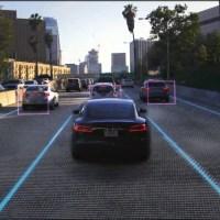 Már a közlekedési lámpákat is ismerik a Teslák