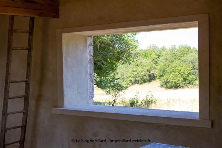 Encadrement de fenêtre réalisé en plâtre gros, chaux aérienne et sable local.