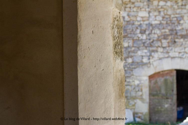 Encadrement de porte réalisé en plâtre gros, chaux aérienne et sable local.