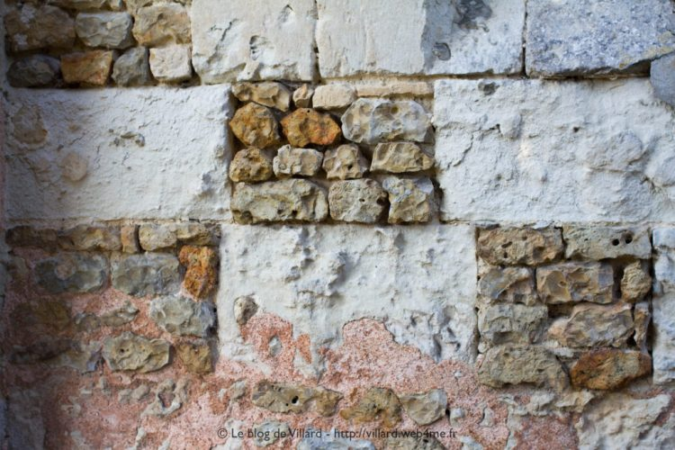Appareillage de pierres et enduit d'un mur d'une église de l'Orne.