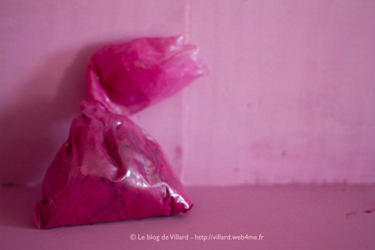 """Peinture à la colle de peau de lapin avec un pigment """"Rouge laqué France"""" dosé à saturation (25% de la charge), 80g de colle et 400g de craie par litre d'eau."""