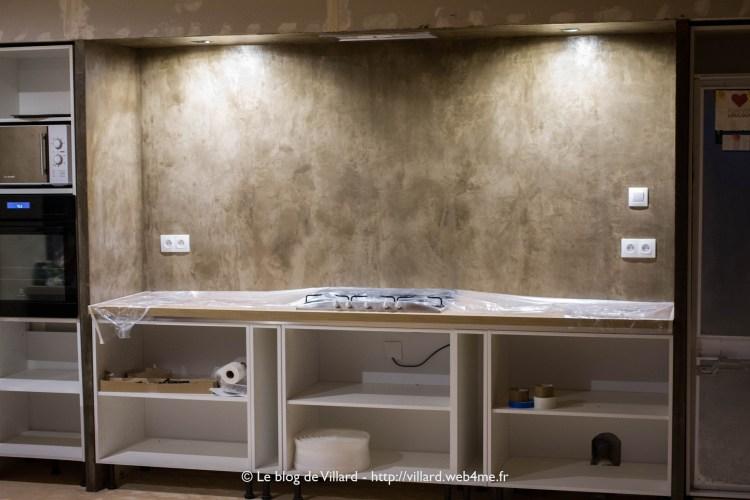 """Un enduit """"béton ciré"""" en deux couches teintées à l'Ombre naturelle au dessus d'un plan de travail de cuisine."""