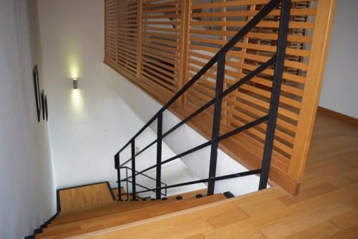 Деревянная лестница между 1 и 2 этажами