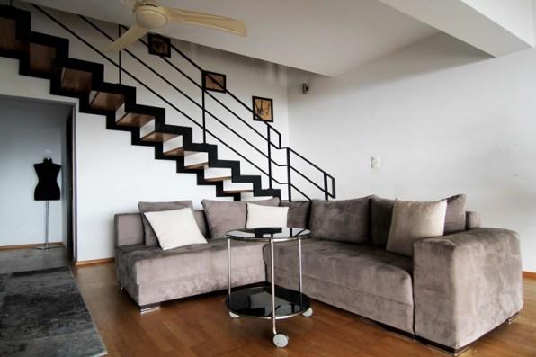 Ευρύχωρο καθιστικό με τον ανεμιστήρα οροφής στον 1ο όροφο