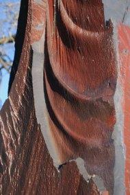 detalle-de-monolito-de-pizarra-roja-exclusiva-de-villar-del-rey