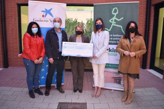 Entrega cheque a Parkinson por Caixabank