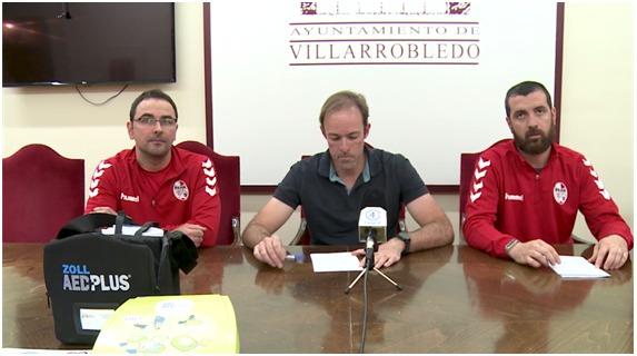 El Rayo San Antón dona un desfibrilador al Ayuntamiento que se instalará en los campos de césped artificial