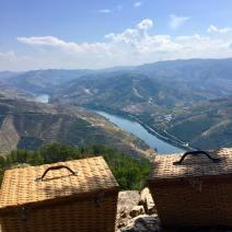 Picknick vid Dourofloden. 700 meter upp.