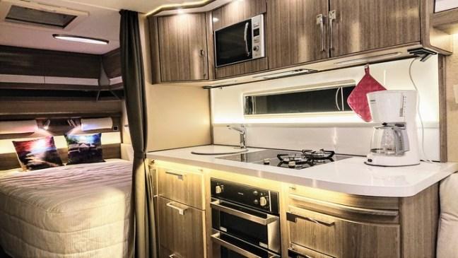 Husvagnens kök och sovrum