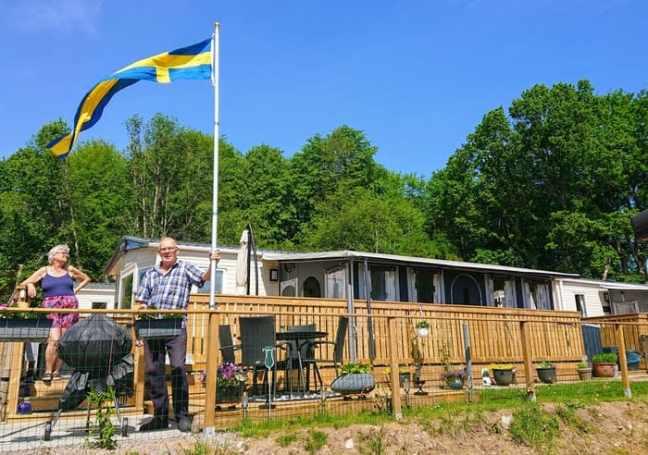Grottbyn och svenska flaggan