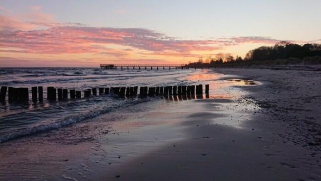 Stilla kvällsbild vid stranden