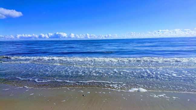 Havet, stranden och molnen.