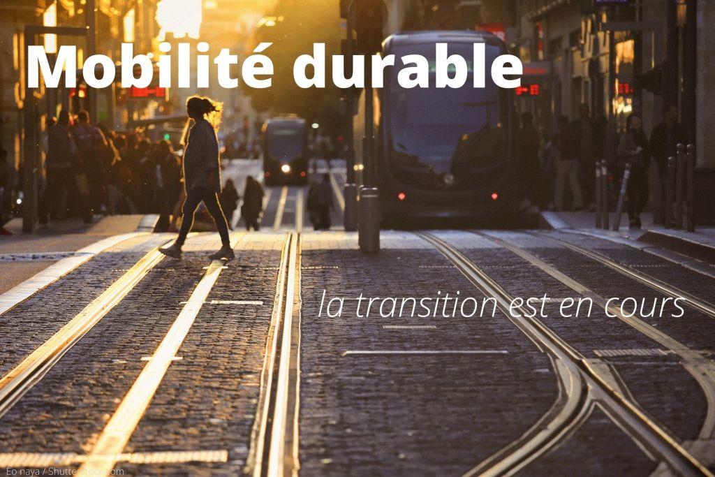 Femme marchant sur des rails de tramways pour aller à la station