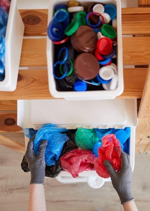 personne réalisant du tri dans ses déchets