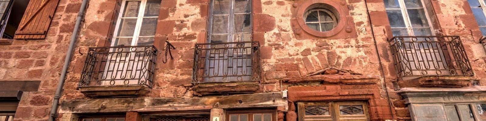 Villecomtal - Maison ancienne rue droite