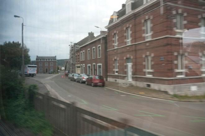 Derrière la fenêtre, au bout de la rue