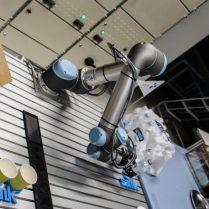 Robotti pöydällä ja kuppeja