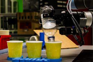 Robottikäsi annostelee nestettä kuppeihin