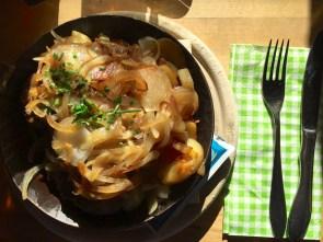 Frikadellen vom Auerochsen mit Bratkartoffeln und VIEL Zwiebeln