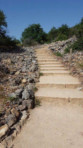 Escalier pour monter à la Roche de Solutré